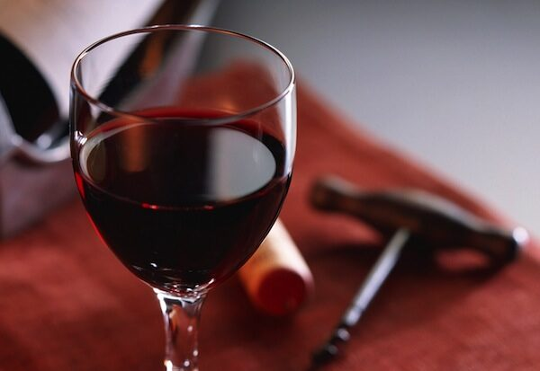 a_glass_of_red_wine_1_1600x1200-9831054