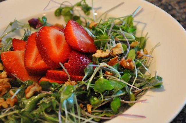 strawberry-microgreen-salad1-7970426